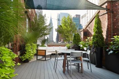 terrasse-exterieur-coin-repas-voile-ombrage-canape-droit-plantes